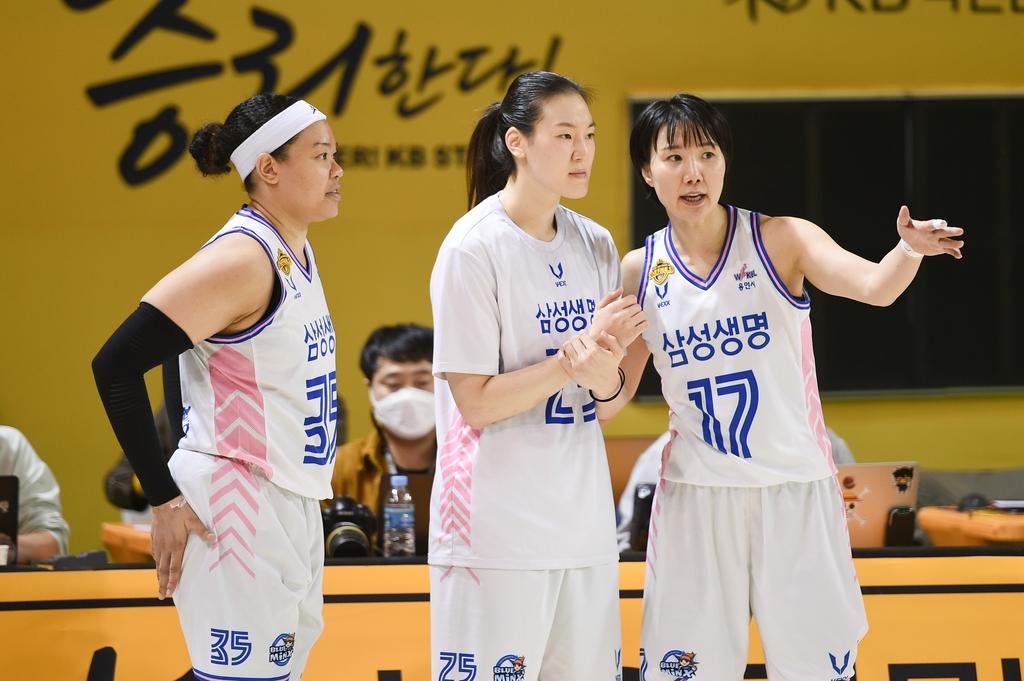 삼성생명 김한별과 배혜윤, 김보미(왼쪽부터)