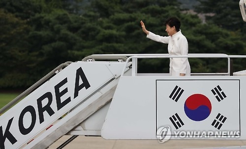 President Park Geun-hye waves as she boards her plane at the military airport in Seongnam, just south of Seoul, on Sept. 2, 2016, to depart for Russia's Far East port city of Vladivostok. There she will attend an economic forum and a summit with her Russian counterpart Vladimir Putin. Park's visit to Russia is part of her eight-day trip that will also take her to China and Laos. (Yonhap)