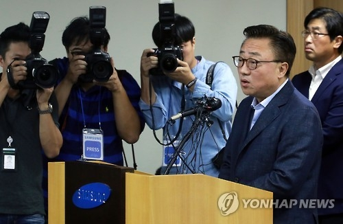 Samsung's head of the mobile business division Koh Dong-jin holds a press conference in Seoul on Sept. 2, 2016, to announce a global recall of the Note 7 device. (Yonhap)