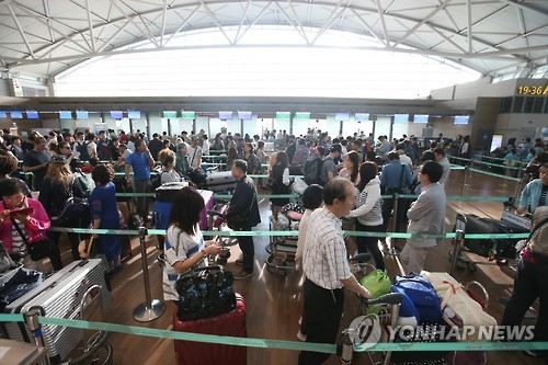 Travelers are lined up to check in at airline counters at Incheon International Airport, west of Seoul, on Sept. 24, 2015, ahead of the Chuseok holiday. (Yonhap)
