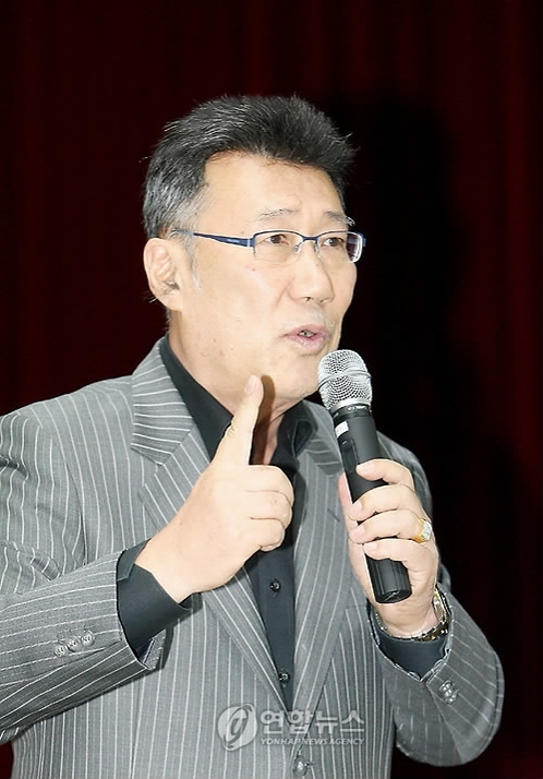 This file photo, dated Oct. 15, 2009, shows former baseball commentator Ha Il-sung speaking at a lecture in Gwangju. Ha, 67, was found dead in his office in Seoul on Sept. 8, 2016. (Yonhap)
