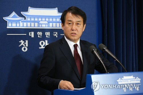 This photo, taken on April 14, 2016, shows presidential spokesman Jung Youn-kuk speaking during a press conference at the presidential office Cheong Wa Dae in Seoul. (Yonhap)