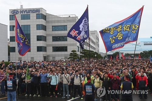 This photo, taken on Sept. 30, 2016, shows unionized workers of Hyundai Motor Co. staging a rally during their partial strike in Ulsan, 414 kilometers south of Seoul. (Yonhap)
