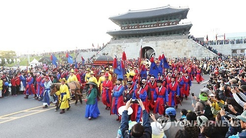 Participants of the 2016 King Jeongjo Tomb Parade Reenactment walk pass Janganmun, the northern gate of Hwaseong Fortress in Suwon, 50 kilometers south of Seoul, on Oct. 9, 2016. (Yonhap)