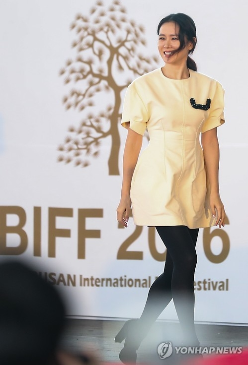 South Korean actress Son Ye-jin attends an open talk session held at the 21th Busan International Film Festival (BIFF) in Busan, 450 kilometers southeast of Seoul, on Oct. 8, 2016. (Yonhap)