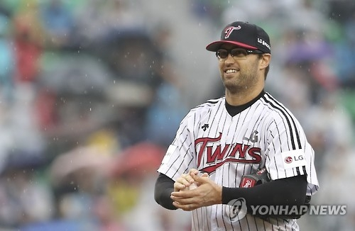 David Huff of the LG Twins smiles during the Korea Baseball Organization postseason game against the Nexen Heroes at Jamsil Stadium in Seoul on Oct. 16, 2016. (Yonhap)