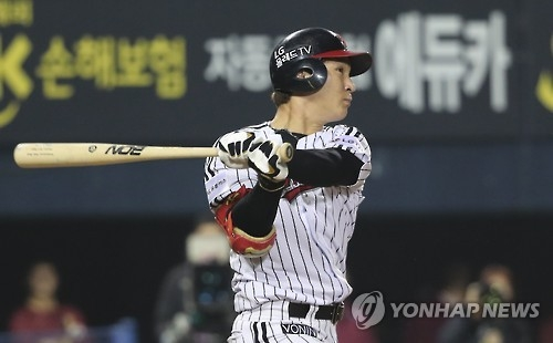 Oh Ji-hwan of the LG Twins hits a go-ahead single in the bottom of the eighth inning in their Korea Baseball Organization (KBO) postseason game against the Nexen Heroes at Jamsil Stadium in Seoul on Oct. 17, 2016. (Yonhap)