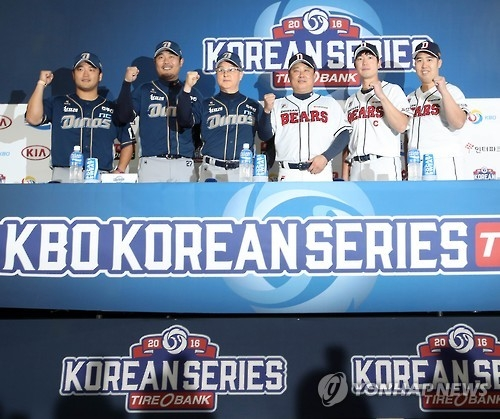Contestants of the Korean Series pose for pictures at the press conference held in Seoul on Oct. 28, 2016. From left: NC Dinos' third baseman Park Sok-min, designated hitter Lee Ho-jun and manager Kim Kyung-moon; Doosan Bears' manager Kim Tae-hyung, shortstop Kim Jae-ho and pitcher Yoo Hee-kwan. (Yonhap)