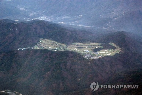This bird's-eye view, taken on Oct. 27, 2016, shows the Lotte Skyhill Country Club in Seongju, chosen as the final site for a THAAD battery, instead of an anti-aircraft missile base in the same county. (Yonhap)