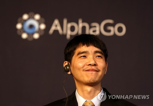 In this file photo taken on March 15, 2016, South Korean Go master Lee Se-dol smiles during a press conference after finishing a Go tournament against Google's artificial intelligence (AI) program AlphaGo at a Seoul hotel. (Yonhap)
