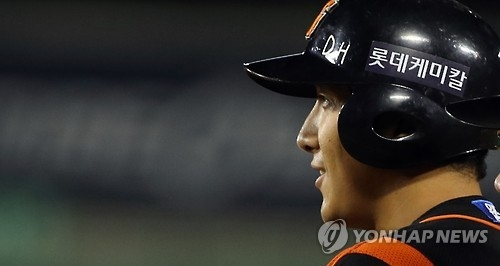In this file photo taken on Oct. 4, 2016, Hwang Jae-gyun, then with the Lotte Giants, smiles after an RBI hit against the Doosan Bears in their Korea Baseball Organization regular season game at Jamsil Stadium in Seoul. (Yonhap)