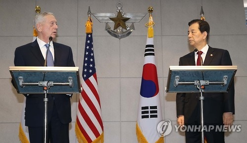 South Korean Defense Minister Han Min-koo (R) and U.S. Defense Secretary Jim Mattis at a press briefing before holding bilateral talks in Seoul on Feb. 3, 2017. (Yonhap)