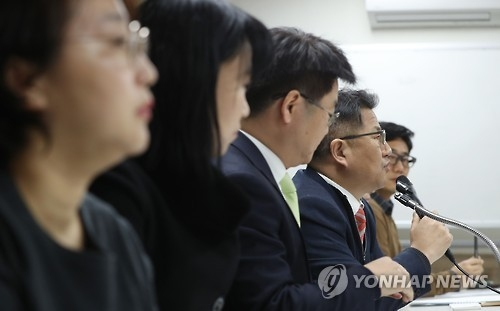 Local civic group the Lawyers for a Democratic Society holds a press conference in Seoul on Feb. 9, 2017, over a compensation suit that artists filed against President Park Geun-hye and her former aides over allegations her administration created a blacklist of artists deemed critical of the government. (Yonhap)