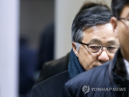 This file photo taken on Dec. 18, 2015, shows Kim Shin-jong, a former head of the Korea Resources Corp. (KORES), arriving at the Seoul Central District Court in Seoul to attend the first hearing on his malpractice allegations. The court acquitted him of the charges on Feb. 10, 2017, citing a lack of evidence. (Yonhap)