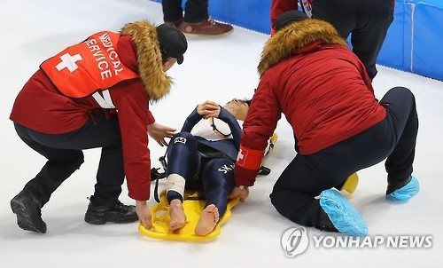 South Korea's Lee Seung-hoon (C) is placed on a stretcher after sustaining an apparent leg injury in a fall at the International Skating Union World Single Distances Speed Skating Championships at Gangneung Oval in Gangneung, Gangwon Province, on Feb. 10, 2017. (Yonhap)