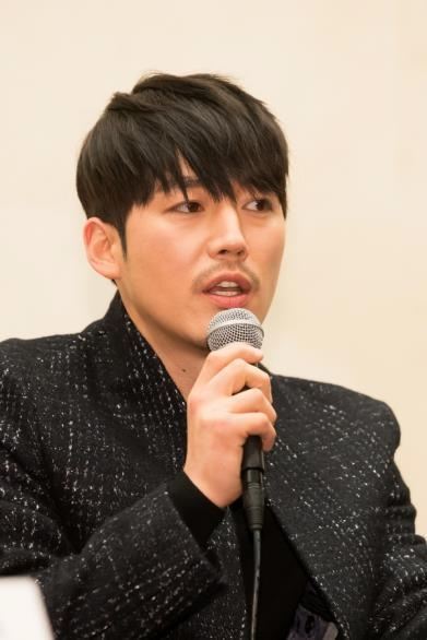 "In this photo provided by OCN, actor Jang Hyuk, star of TV crime series ""Voice"" speaks to reporters at the Stanford Hotel in western Seoul on Feb. 15, 2017. (Yonhap)"