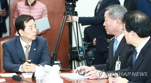 In this photo taken on Feb. 20, 2017, Defense Minister Han Min-koo (L) is in a discussion with lawmakers over the assassination of Kim Jong-nam, elder half brother of North Korean leader Kim Jong-un and what the North meant through the killing. (Yonhap)