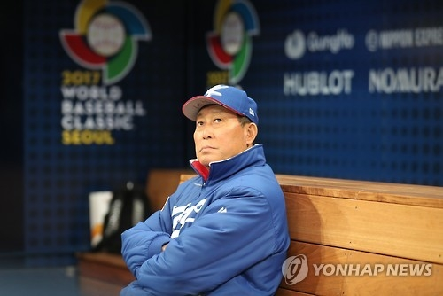 South Korean national baseball manager Kim In-sik looks on as his players put in their final practice before the World Baseball Classic at Gocheok Sky Dome in Seoul on March 5, 2017. (Yonhap)