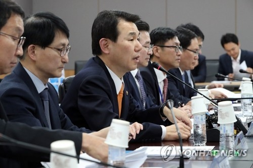 Jeong Eun-bo (3rd from L), vice chairman of the FSC, speaks at a meeting to help boost the fintech industry on March 20, 2017. (Yonhap)