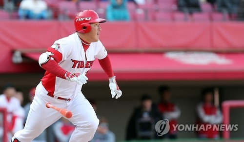 Choi Hyoung-woo of the Kia Tigers runs to first base on a ground ball in a Korea Baseball Organization preseason game against the Doosan Bears at Gwangju-Kia Champions Field in Gwangju on March 15, 2017. (Yonhap)