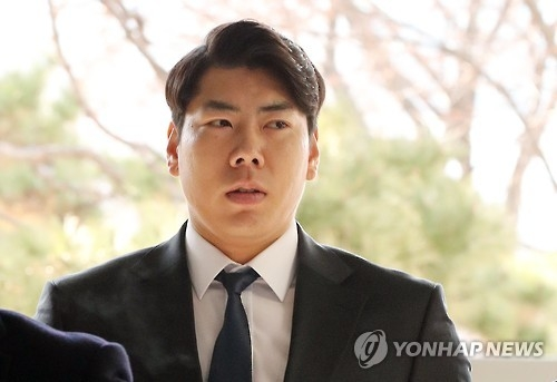 In this file photo taken on March 3, 2017, Pittsburgh Pirates infielder Kang Jung-ho arrives at the Seoul Central District Court to attend a verdict hearing on his DUI charges. (Yonhap)