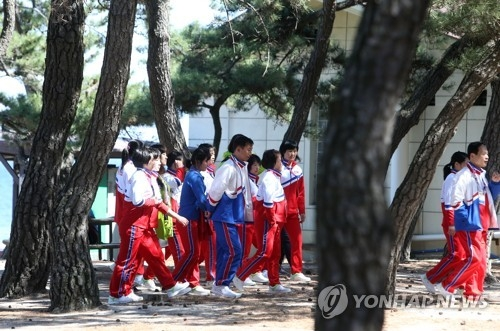 Members of the North Korean women's hockey team take a stroll through a pine forest in Gangneung, Gangwon Province, on April 3, 2017, on the sidelines of the International Ice Hockey Federation Women's World Championship Division II Group A. (Yonhap)