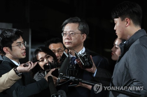 Woo Byung-woo, former senior presidential secretary for civil affairs, arrives at the Seoul Central District Prosecutors' Office in the capital on April 6, 2017, to undergo questioning over a corruption scandal. (Yonhap)