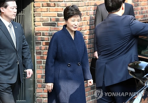 Former President Park Geun-hye leaves her home in Seoul for prosecution questioning on March 21, 2017. Park, dismissed by the Constitutional Court on March 10, faces a probe on 13 criminal allegations, including graft and abuse of power. (Yonhap)