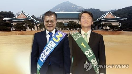 This image, provided by Yonhap News TV, shows Moon Jae-in (L) and Ahn Cheol-soo, the presidential candidates of the largest party in South Korea, the Democratic Party, and the People's Party, respectively. (Yonhap)