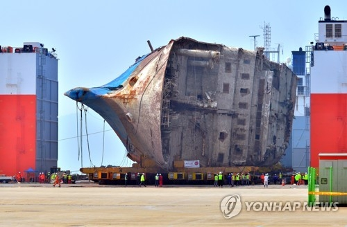 (3nd LD) S. Korea moves salvaged ferry onto land