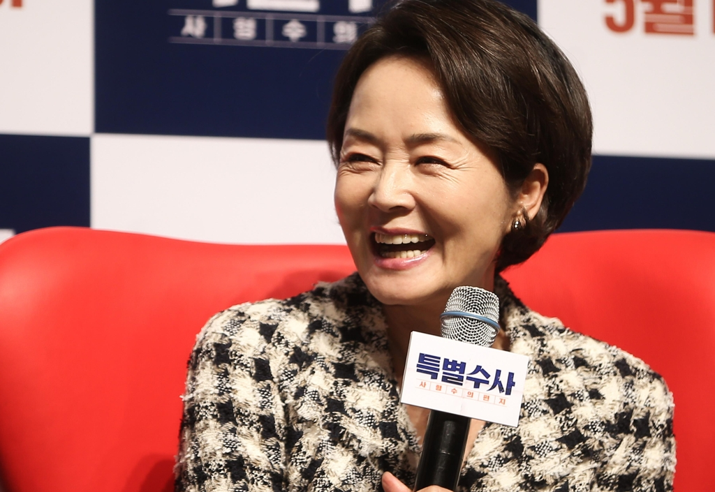 "In this file photo, late actress Kim Young-ae laughs at a media event for her movie ""Proof of Innocence"" on April 11, 2016, at the CGV-Apgujeong theater in southern Seoul. (Yonhap)"