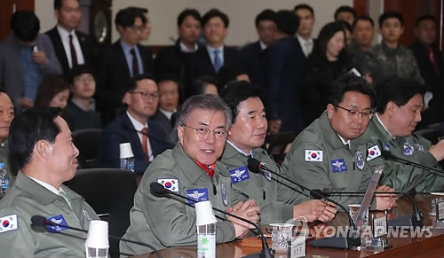 This photo, taken on April 7, 2017, shows Moon Jae-in (2nd from L), the presidential candidate of the largest Democratic Party, speaking during his visit to the Air Force Operations Command in Pyeongtaek, 70 kilometers south of Seoul. (Yonhap)