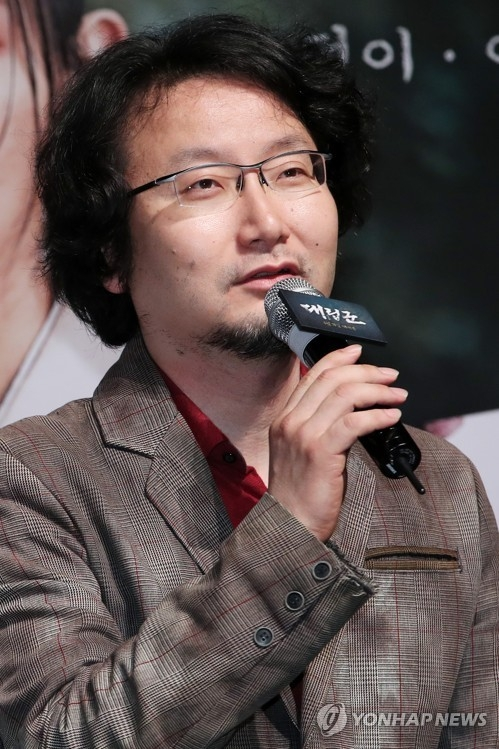 "Director Chung Yoon-chul speaks during a news conference for the Korean historical film ""Warriors of the Dawn"" in Seoul on April 25, 2017. (Yonhap)"