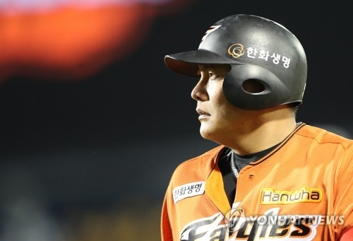 Kim Tae-kyun of the Hanwha Eagles reacts after flying out to left against the SK Wyverns in their Korea Baseball Organization regular season game at Hanwha Life Eagles Park in Daejeon on June 4, 2017. (Yonhap)