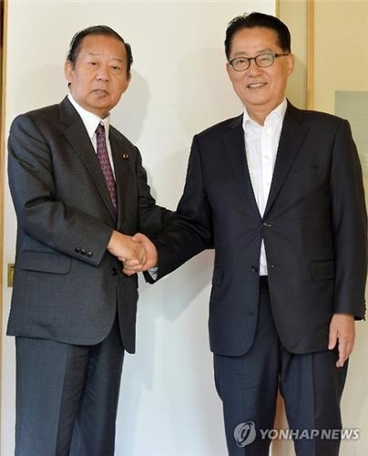 Toshihiro Nikai (L), chief of the General Council of Japan's ruling Liberal Democratic Party, meets Park Jie-won, floor leader of the minor opposition People's Party, at a Seoul hotel in this file photo dated May 2, 2016. (Yonhap)