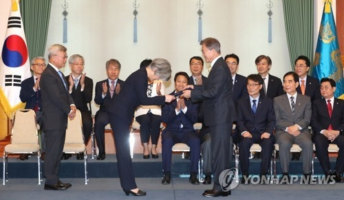 President Moon Jae-in (front row, R) presents a letter of appointment to Kang Kyung-wha, appointing her as South Korea's new foreign minister in a ceremony held at the presidential office Cheong Wa Dae on June 18, 2017. (Yonhap)