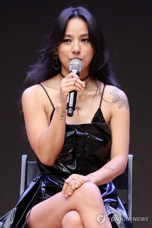 "Singer Lee Hyo-ri speaks to reporters at a concert hall in Konkuk University in Seoul on July 4, 2017, to promote her sixth full-length album ""Black."" (Yonhap)"