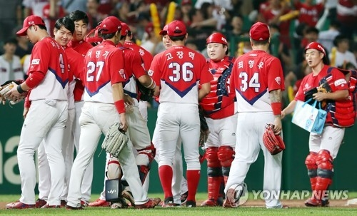 The players of the Kia Tigers celebrate after beating the SK Wyverns 5-3 in their Korea Baseball Organization (KBO) regular season game at Incheon SK Happy Dream Park in Incheon on July 6, 2017. (Yonhap)