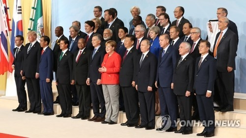 South Korean President Moon Jae-in (front row, R) and leaders from other leading nations and international organizations, including German Chancellor and G-20 host Angela Merkel (front row, sixth from R), pose for an official picture at the Group of 20 summit in Hamburg, Germany, on July 7, 2017. (Yonhap)