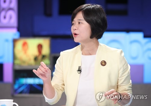 This photo, taken on July 4, 2017, shows Rep. Lee Jeong-mi of the progressive Justice Party speaking during a TV debate in Seoul. (Yonhap)