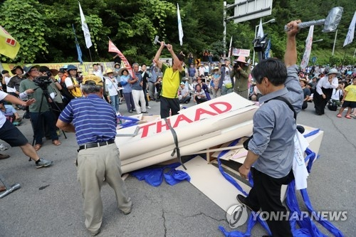 Residents in Seongju, North Gyeongsang Province, stage a performance protesting the deployment of THAAD in this undated file photo. (Yonhap)