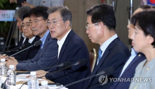 President Moon Jae-in (fourth from R) speaks in a policy discussion session held at the government complex in Sejong, 120 kilometers south of Seoul, on Aug. 31, 2017, involving officials from the Ministry of Employment and Labor, the Ministry of Health and Welfare, and the Ministry of Gender Equality and Family. (Yonhap)