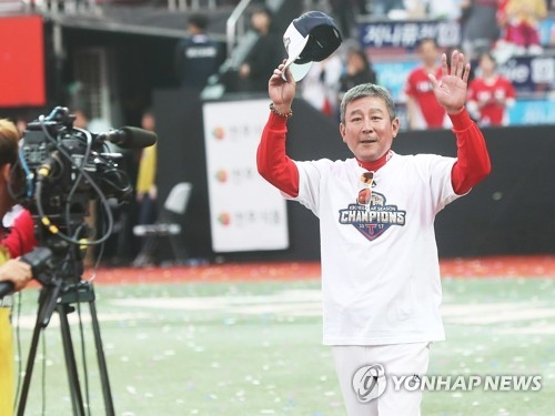 Kim Ki-tai, manager of the Kia Tigers in the Korea Baseball Organization, salutes the crowd after clinching the pennant with a 10-2 win over the KT Wiz at KT Wiz Park in Suwon, Gyeonggi Province, on Oct. 3, 2017. (Yonhap)