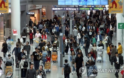 Incheon International Airport is crowded with passengers on Oct. 8, 2017. (Yonhap)