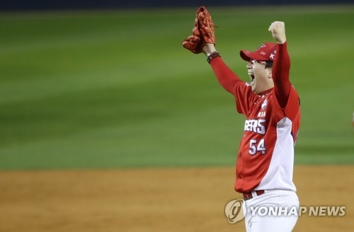 Yang Hyeon-jong of the Kia Tigers celebrates his team's Korean Series championship over the Doosan Bears at Jamsil Stadium in Seoul on Oct. 30, 2017. (Yonhap)