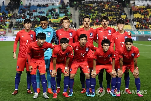 In this file photo taken on Nov. 10, 2017, South Korea national football team players pose for a group photo ahead of a friendly match against Colombia at Suwon World Cup Stadium in Suwon, Gyeonggi Province. (Yonhap)