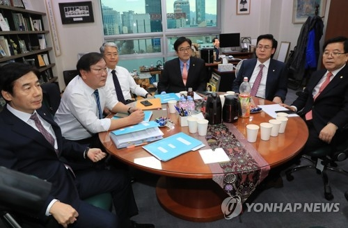 This photo, taken on Dec. 1, 2017, shows top officials from the three major parties holding talks to narrow differences over the government's 2018 budget plan at the National Assembly in Seoul. (Yonhap)