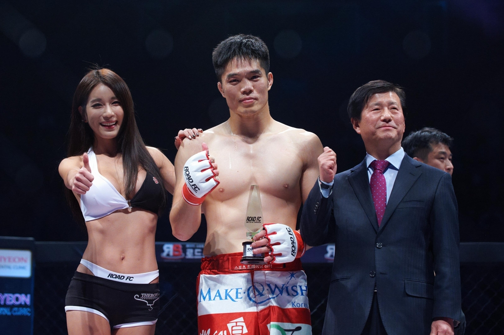 Kim Dae-hwan (C), now new CEO of South Korean MMA promotion Road FC, poses for a photo after winning a bout at a Road FC 20 event in Seoul on Dec. 14, 2014, in this photo from Kim's blog. (Yonhap)
