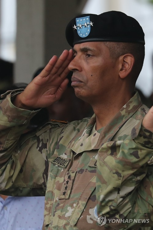 Gen. Vincent K. Brooks, commander of the U.S. Forces Korea, salutes during a 2nd Infantry Division ceremony in this file photo. (Yonhap)