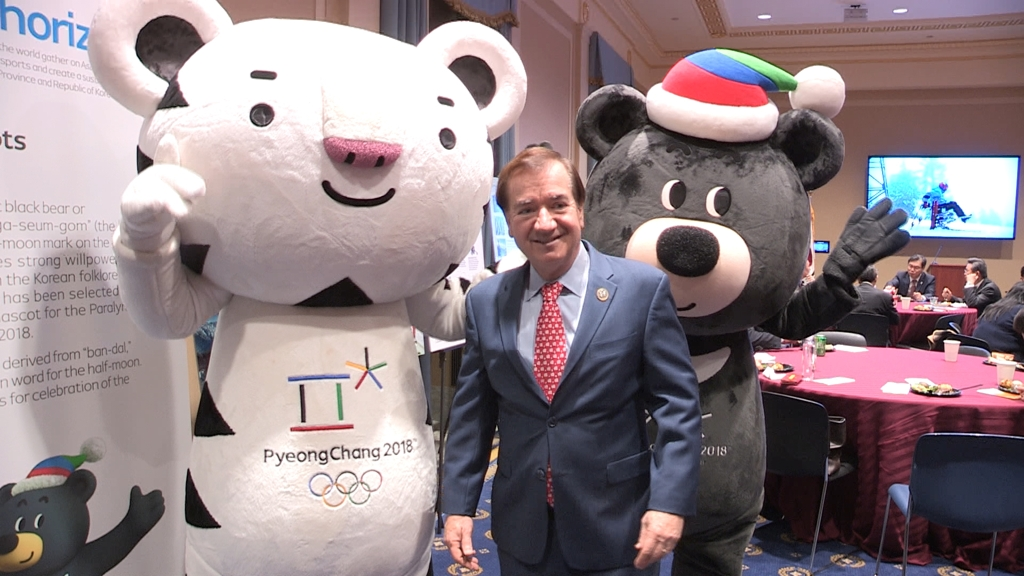 Rep. Ed Royce (R-CA) poses with Soohorang (L) and Bandabi, the mascots for the PyeongChang Winter Olympics, at a promotional event held at the U.S. Congress in Washington on Dec. 11, 2017. (Yonhap)